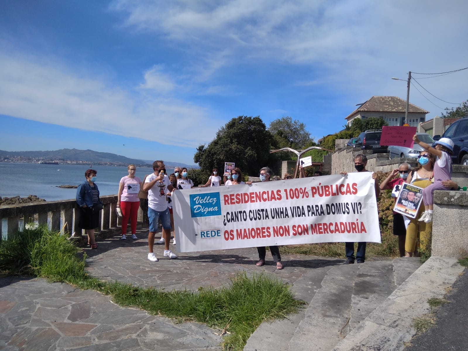 Familiares de ancianos muertos en residencias llevan su protesta delante de  la casa de veraneo de Feijóo en Moaña